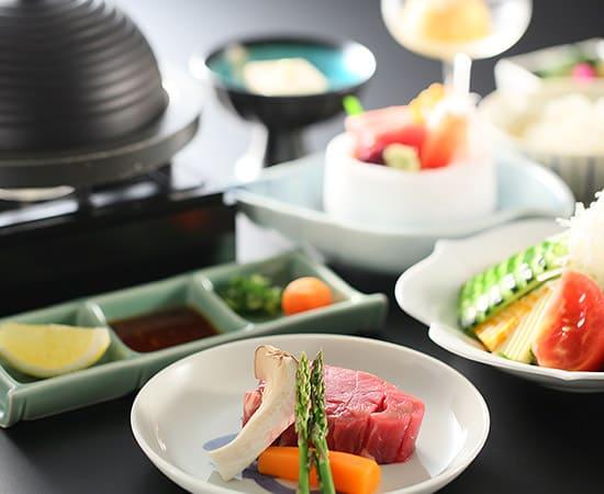 香り高く上品な一番だしと足腰の強い八方だしで、日本料理の伝統を表現